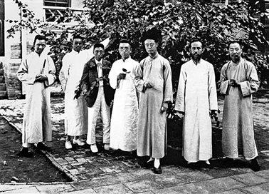 1922年北京大学《国学季刊》编委会同人留影。左起:徐炳昶、沈兼士、马衡、胡适、顾颉刚、朱希祖、陈垣